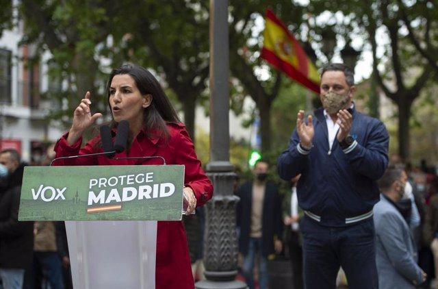 La candidata de Vox a la Presidencia de la Comunidad de Madrid, Rocío Monasterio, y el presidente de la formación, Santiago Abascal, celebran un mitin en la Plaza de España de Leganés.