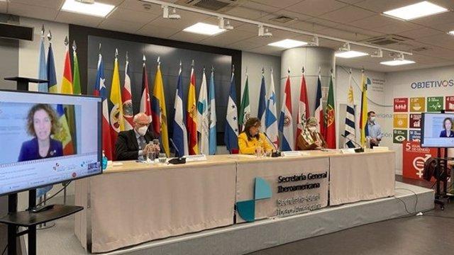 La ministra andorrana de Asuntos Exteriores (en la pantalla) y la secretaria general iberoamericana presiden la reunión de Ministros de Exteriores