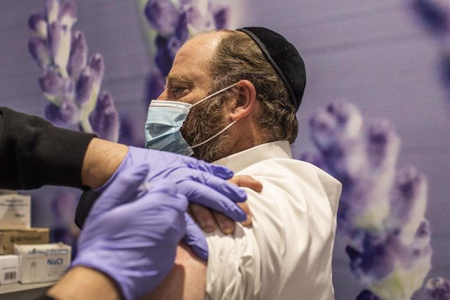 Archivo - 11 January 2021, Israel, Jerusalem: An Orthodox Jewish man receives his dose of the Pfizer-BioNTech COVID-19 vaccine at a vaccination centre as a part of a nationwide campaign. Israeli Health Minister Yuli Edelstein earlier said that Israel has