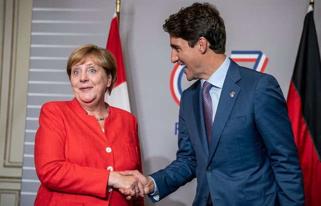 Archivo - 25 August 2019, France, Biarritz: German Chancellor Angela Merkel (L) meets with   Canadian Prime Minister Justin Trudeau for bilateral talks during the G7 summit. Photo: Michael Kappeler/dpa