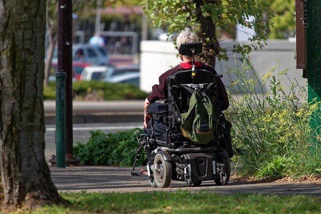Archivo - Hombre en silla de ruedas. ELA