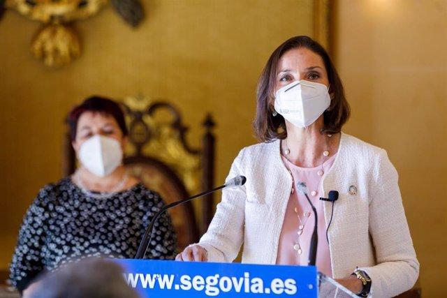 La ministra de Industria, Comercio y Turismo, Reyes Maroto, interviene en rueda de prensa durante una visita institucional a Segovia, a 5 de abril de 2021, en Segovia, Castilla y León, (España). Durante su visita presentará un programa impulso de proyecto