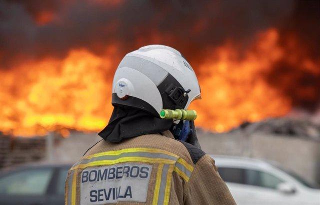 Archivo - Un bombero en una intervención