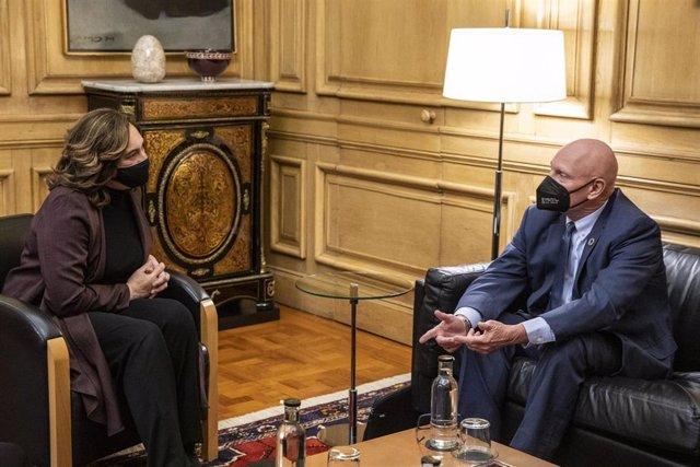 La alcaldesa de Barcelona, Ada Colau, y el consejero delegado de GSMA, John Hoffman, se reúnen en el consistorio para avanzar en la preparación del Mobile World Congress.