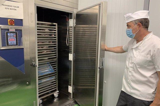 Archivo - La cocina del Hospital Regional de Málaga incorpora un abatidor, un sistema de descongelación novedoso para mantener las propiedades de los alimentos
