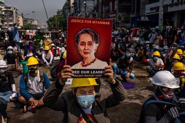 Archivo - Manifestación contra el golpe de Estado en Rangún, Birmania.