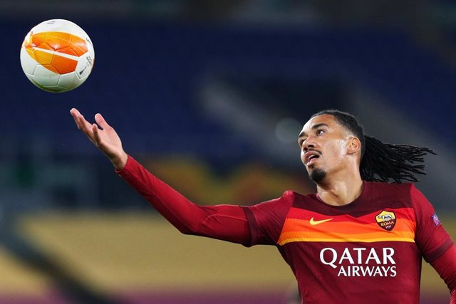 Archivo - Chris Smalling of Roma jokes with the ball at the end of the UEFA Europa League, Group Stage, Group A football match between AS Roma and CFR Cluj on November 5, 2020 at Stadio Olimpico in Rome, Italy - Photo Federico Proietti / DPPI