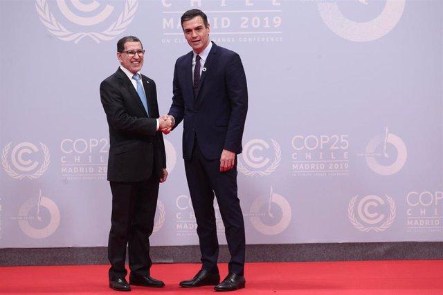 Archivo - El presidente del Gobierno, Pedro Sánchez, posa junto al primer ministro de Marruecos, Saadeddine Othmani, durante la COP25 en Madrid de 2019
