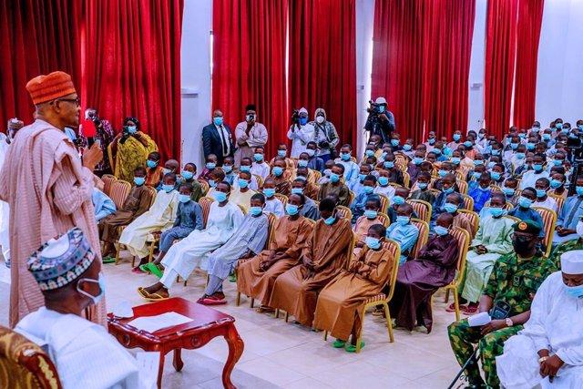 Archivo - El presidente de Nigeria, Muhammadu Buhari, se reúne con los más de 300 niños liberados tras su secuestro en una escuela del estado de Katsina por parte de presuntos miembros de Boko Haram