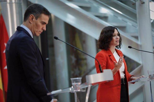 Archivo - El presidente del Gobierno, Pedro Sánchez, y la presidenta de la Comunidad de Madrid, Isabel Díaz Ayuso, ofrecen una rueda de prensa tras su reunión en la sede de la Presidencia regional, en Madrid (España), a 21 de septiembre de 2020. El objeto