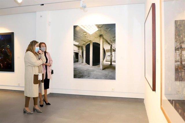 La presidenta de la Fundación Botí, Salud Navajas (izda.), y la concejala de Promoción, Cultura y Patrimonio Histórico del Ayuntamiento de Córdoba, Marian Aguilar, visitan la exposición.