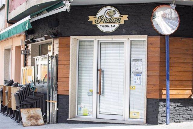 Un bar cerrado en O Grove, el día en que entra en vigor el cierre perimetral del municipio, a 8 de abril de 2021