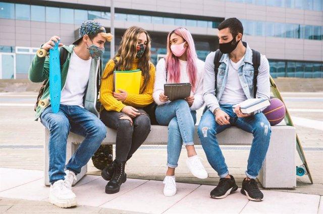 Grupo de jóvenes en una foto de archivo.