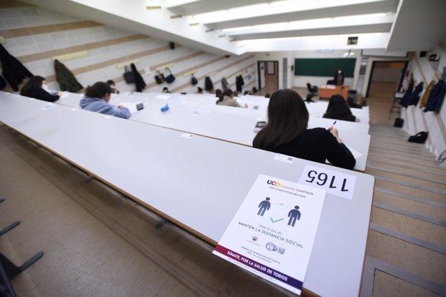 Archivo - Alumnos durante un examen presencial