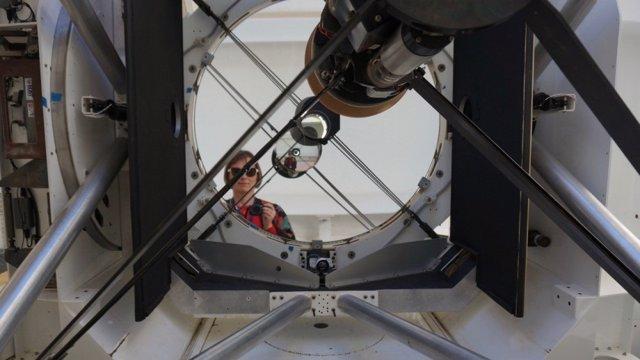La investigadora Celine d'Orgeville en el telescopio australiano equipado con el láser de guía estelar EOS