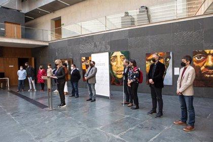 El Parlamento inaugura una exposición del pintor Antonio Soto sobre el sufrimiento de los colectivos más vulnerables