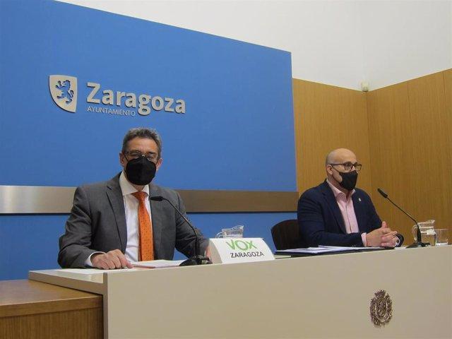El portavoz del grupo municipal de VOX en el Ayuntamiento de Zaragoza, Julio Calvo, y el diputado provincial de esta formación en la Diputación de Zaragoza, Carlos Rodrigo