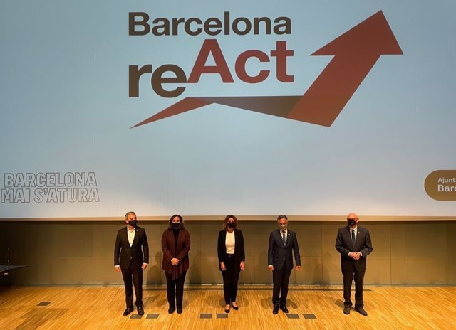 El teniente de alcalde, Jaume Collboni; la alcaldesa de Barcelona, Ada Colau; la vicepresidenta y ministra de Transición Ecológica, Teresa Ribera; el conseller de Empresa y Conocimiento, Ramon Tremosa, y el consejero delegado de GSMA, John Hoffman.