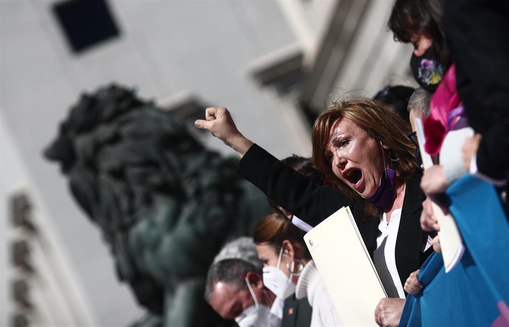 Asociaciones Trans se concentran ante la sede del PSOE para pedrirle que no vete la ley que prepara Igualdad