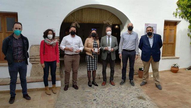 El delegado territorial de Turismo en Córdoba, Ángel Pimentel (tercero por la dcha.), en su visita a Hornachuelos.