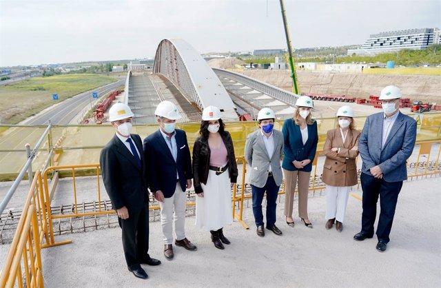 Ayuso y Almeida visitan el puente que conectará Valdebebas