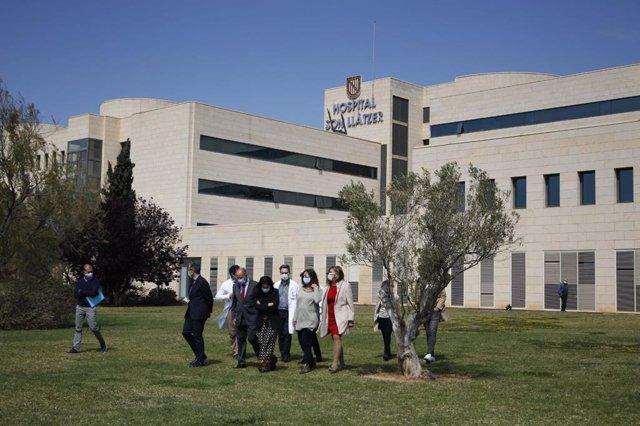 La presidenta del Govern, Francina Armengol (2d), acompañada de la consellera de Salud, Patricia Gómez (1d) y la secretaria de Estado de Sanidad, Silvia Calzón (centro del grupo), durante una visita al Hospital Son Llàtzer.