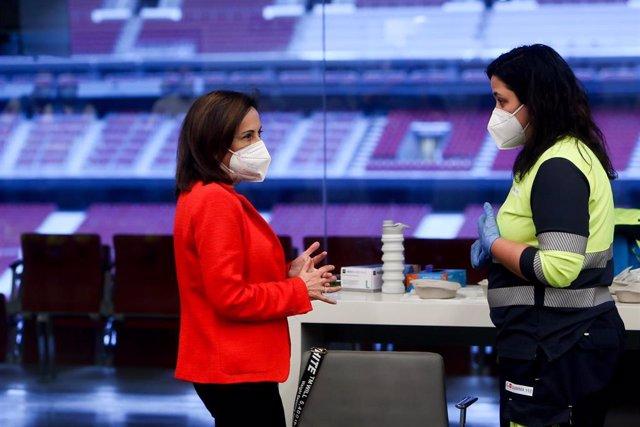 La ministra de Defensa, Margarita Robles, acude a vacunarse contra el coronavirus al Wanda Metropolitano