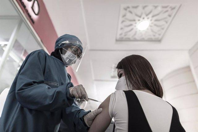 Archivo - Una mujer se vacuna en Yakarta.