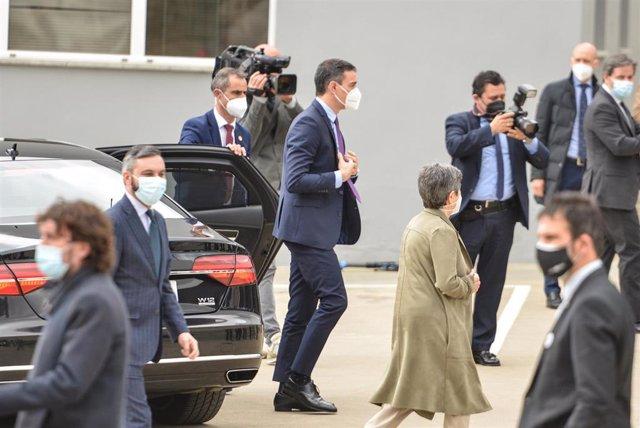 El presidente del Gobierno, Pedro Sánchez (c), a su llegada a las instalaciones de la farmacéutica Hipra, a 16 de abril de 2021, en Amer, Girona, Catalunya (España). El jefe del Ejecutivo se reunirá con responsables de la compañía Hipra, que tiene abierta