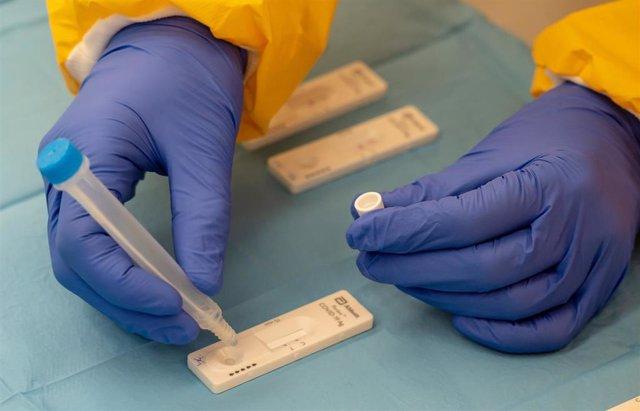 Archivo - Sanitario realizando un  test de antígenos. Imagen de archivo.