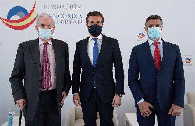 El líder del PP, Pablo Casado, junto al Premio Nobel de Literatura, Mario Vargas Llosa, y el disidente venezolano Leopoldo López. En Madrid, a 16 de abril de 2021.