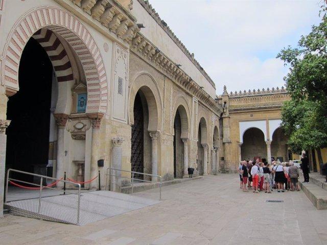Archivo - Un grupo de turistas en el Patio de los Naranjos de la Mezquita en una imagen de archivo