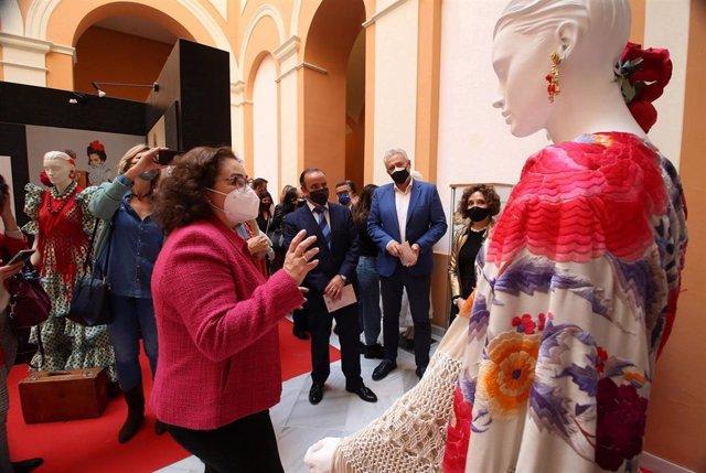 Vera, en la exposición 'La evolución del traje de flamenca' en el Ayuntamiento de Sevilla