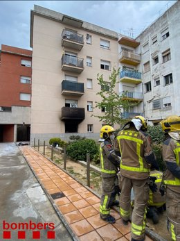 Els Bombers de la Generalitat al pis que s'ha incendiat a Cassà de la Selva (Girona).