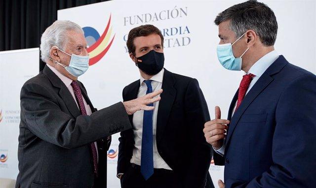 El líder del PP, Pablo Casado, junto al Premio Nobel de Literatura, Mario Vargas Llosa, y el líder opositor venezolano, Leopoldo López. En Madrid, a 16 de abril de 2021.