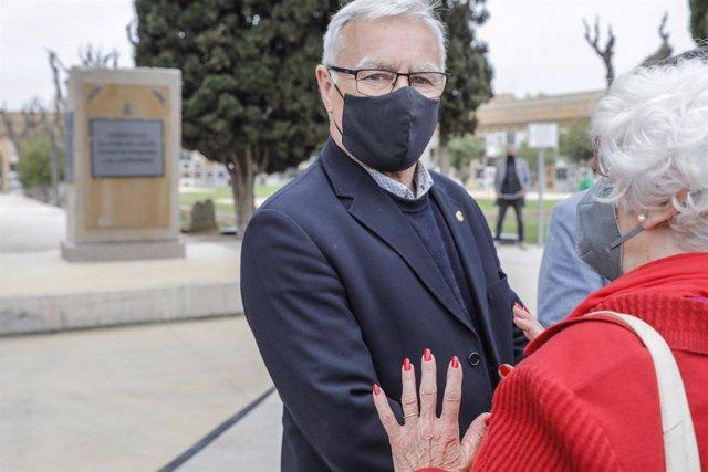 El alcalde de Valencia, Joan Ribó, durante la presentación de la instalación de un monolito en memoria de las personas represaliadas por el franquismo, en el Cementerio General de Valencia, a 13 de abril de 2021, en Valencia, Comunidad Valenciana (España)