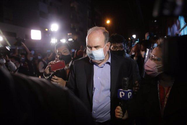 Rafael López Aliaga abandona la sede de su campaña tras las elecciones