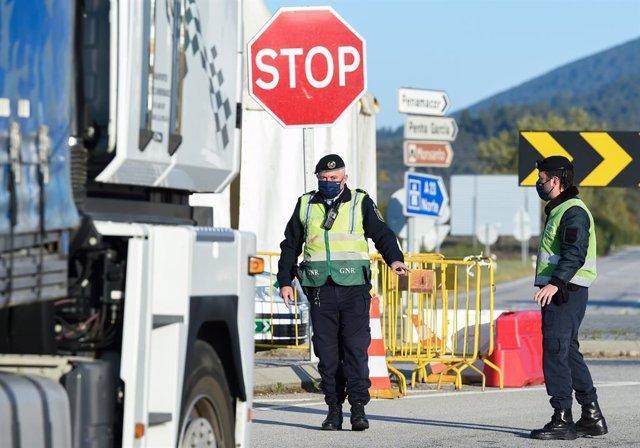 Agentes de policía trabajan en un control en un punto fronterizo entre Portugal y España, a 5 de abril de abril de 2021, en Zarza la Mayor, Cáceres, (España). En el dispositivo, puesto en marcha entre los puntos de Monfortinho (Portugal) y Zarza la Mayor