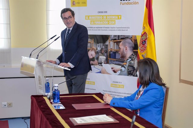 La ministra de Defensa, Margarita Robles, i el president de la CEOE, Antonio Garamendi