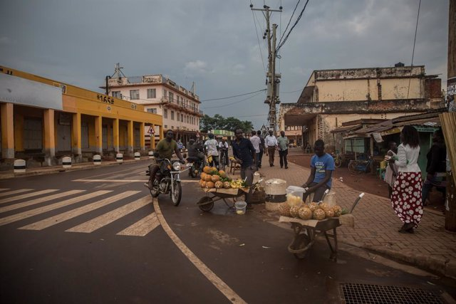 Archivo - 01 April 2020, Uganda, Gulu: Few vendors stand at a street in Gulu. Uganda has imposed night-time curfews and banned all private road traffic with immediate effect to halt the spread of the Coronavirus. Photo: Sally Hayden/SOPA Images via ZUMA W
