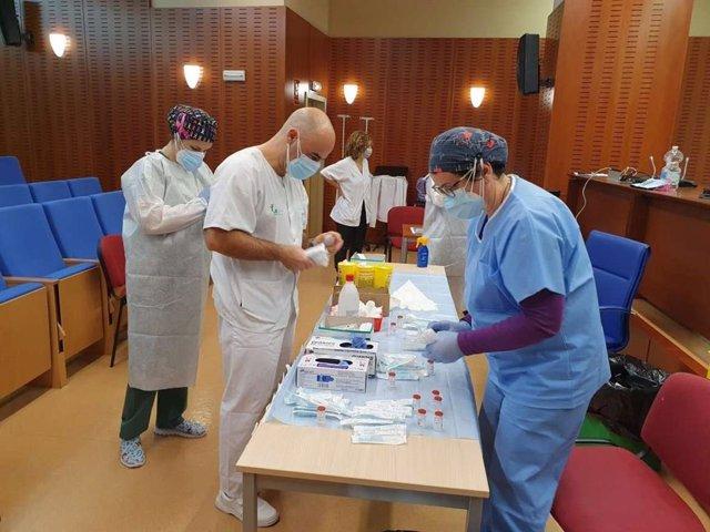 Archivo - Personal sanitario se prepara para administrar las vacunas Covid.