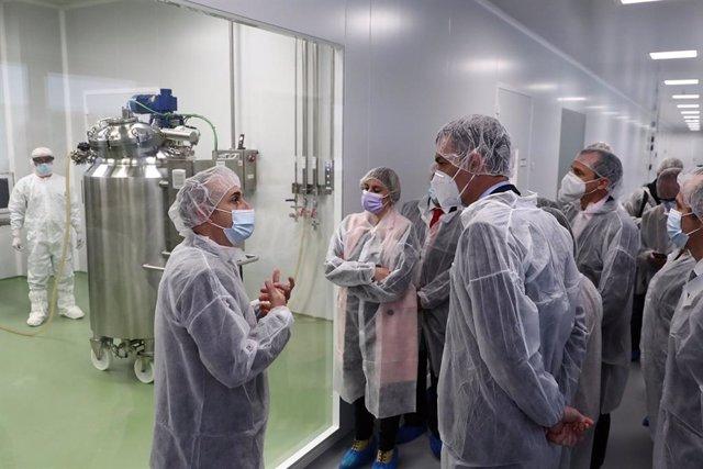 Arxiu - Pedro Sánchez visita les instal·lacions de producció d'Hipra.
