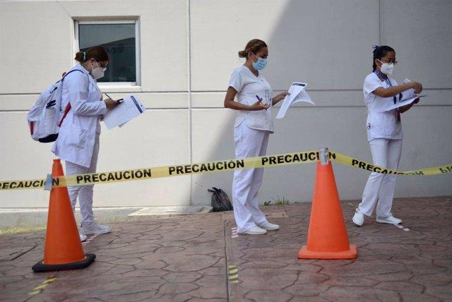 Archivo - Enfermeras en México para pedir turno para la vacunación contra el coronavirus
