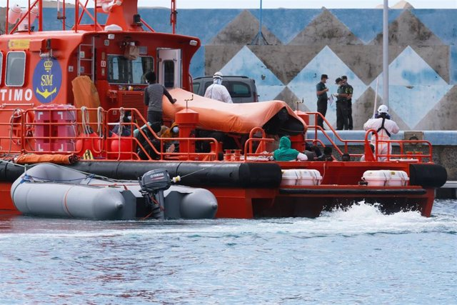 Varias personas a su llegada en un barco tras ser rescatadas de una patera al sur de Fuerventura