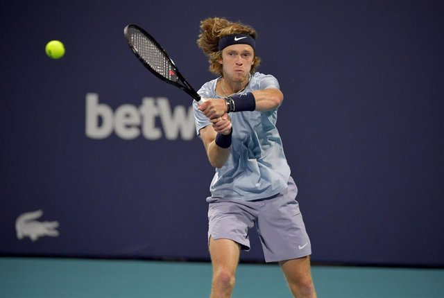02 April 2021, US, Miami Gardens: Russian tennis player Andrey Rublev in action against Poland's Hubert Hurkacz during their men's singles semi-final match of the Miami Open tennis tournament, at Hard Rock Stadium. Photo: -/SMG via ZUMA Wire/dpa
