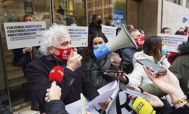 Archivo - El presidente de la Asociación Empresarial de Hostelería de Cantabria (AEHC), Ángel Cuevas, interviene durante un acto simbólico de protesta frente a la Consejería de Sanidad