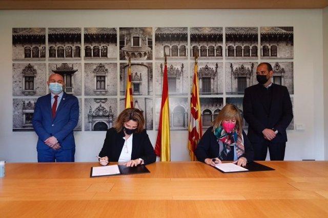 Arxiu - Núria Marín i Teresa Ribera signen un protocol per impulsar les energies renovables i l'eficiència energètica.