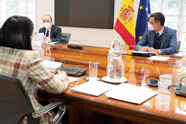 Archivo - (I-D) La ministra de Sanidad, Carolina Darias; el ministro de Política Territorial y Función Pública, Miquel Iceta, y el presidente del Gobierno, Pedro Sánchez, durante la reunión del Comité de Seguimiento del Coronavirus, en Madrid (España), a