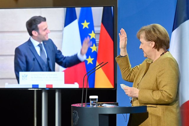Archivo - 05 February 2021, Berlin: German Chancellor Angela Merkel and French President Emmanuel Macron (L on screen) wave to each other at the end of a press conference followed a Franco-German Security Council video conference. Photo: John Macdougall/A