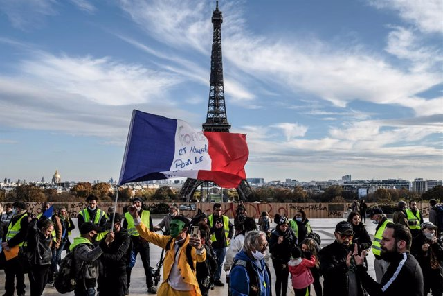 Archivo - 14 November 2020, France, Paris: Yellow vests protestors hold a French flag during an anti-government demonstration ahead of the second anniversary of the movement and against Coronavirus restrictions at the Trocadero. Photo: Sadak Souici/Le Pic